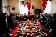 De byäldsta är hedersgäster och får sitta i finrummet. Foto: Johan Bävman.