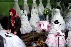 Brudklänningar uthyres i basaren. Foto: Johan Bävman