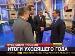 Medvedev skakar hand med sina tv-chefer.