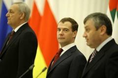 Sergej Bagapsj, Dmitrij Medvedev och Eduard Kokojty. Foto: Kremlin.ru