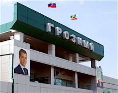 Flygplatsen i Gronyj, med porträtt av Dmitrij Medvedev och Achmad Kadyrov, Ramzan Kadyrovs mördade far.