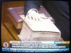 Handen på evangeliet.