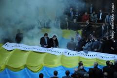 Rökbomber i plenisalen. Foto: Ukrainska Pravda
