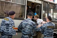 Polisen griper en hinkbärare. Foto: Leonid Varlamov mmet.livejournal.com