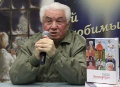 Vladimir Vojnovitj presenterar sin självbiografi i Moskva.