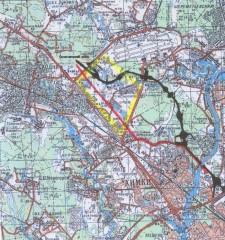 Svart: den planerade sträckningen genom skogen. Röd: en tidigare föreslagen variant.