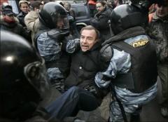 Arkivfoto: Lev Ponomarjov grips av kravallpolis vid en demonstration.