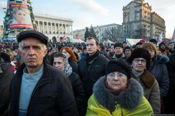 Demonstranter på Självständighetstorget hedrar de döda. Foto: Ilja Varlamov – zyalt.livejournal.com/