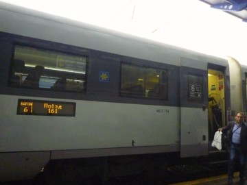 Tåget till Kiev. Skylten är på ukrainska.
