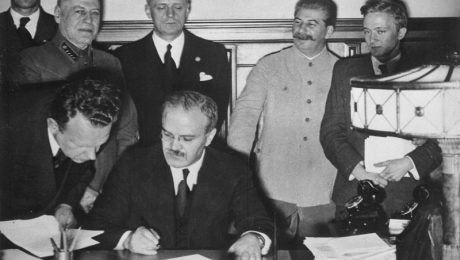 Molotov-Ribbentroppakten skrivs under i Kreml den 23 augusti 1939.