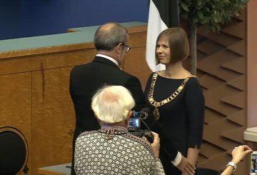 President Ilves överlämnar presidentens ämbetskedja till nya presidenten, Kersti Kaljulaid.