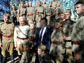 Kulturminister Vladimir Medinskij besöker ett militärpatriotiskt läger utanför Moskva. Foto: Leonrid CC