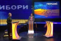 Julia Tymosjenko debatterar mot en tom talarstol.