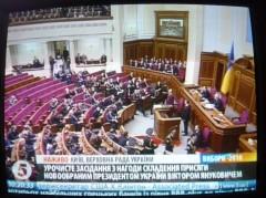 Tymosjenkos partikamrater kom inte till installationsceremonin, deras stolar gapar tomma.