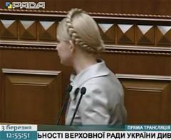 Tymosjenko lämnar parlamentet efter sitt brandtal mot Janukovytjs antiukrainska diktatur.