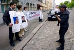 Demonstranter på Fabriksgatan framför ryska ambassaden.
