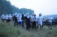 Fotbollshuliganer stormar miljövännernas läger.