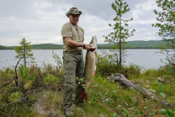 En stark man på fisketur.