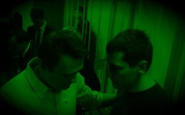 Aleksej Navalnyj kramar sin bror Oleg efter domen. Foto: Ilja Sjepelin