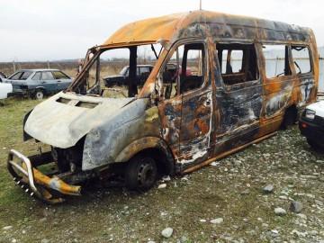 Den nerbrända minibussen. Foto från Aleksandrina Jelaginas Facebooksida.