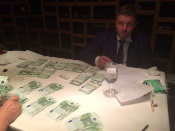 Guvernören Nikita Belych med de påstådda mutpengarna. Foto: sledcom.ru