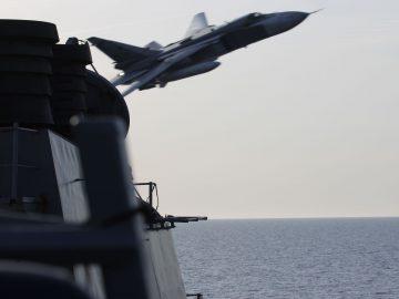 Ryskt attackflyg passerar på några meters avstånd från ett amerikanskt örlogsfartyg.
